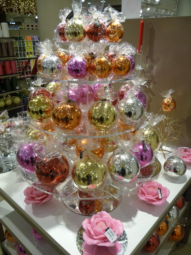 Bougies boules Gloss, Point à la Ligne, décorations de Noël au BHV, Paris 4e (75)