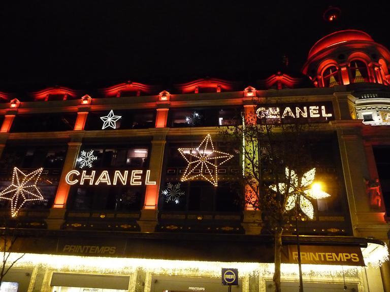 Façade illuminée du Printemps, boulevard Haussmann, Paris 9e (75)