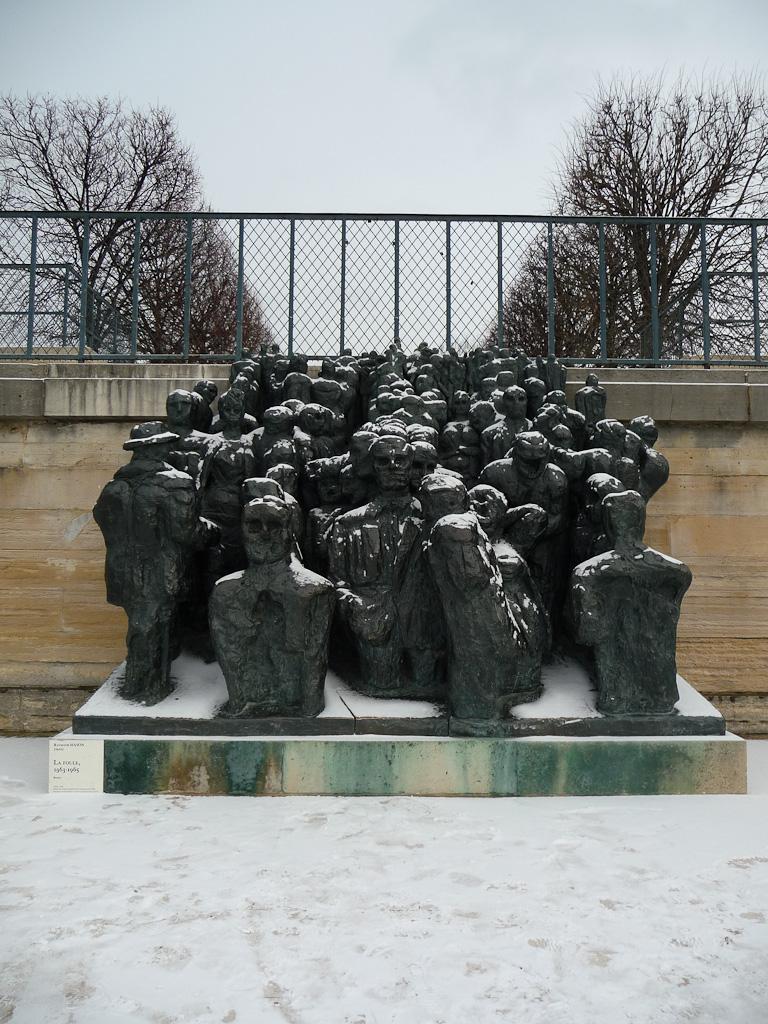Neige sur la statue La Foule, dans le Jardin des Tuileries, Paris 1er (75)