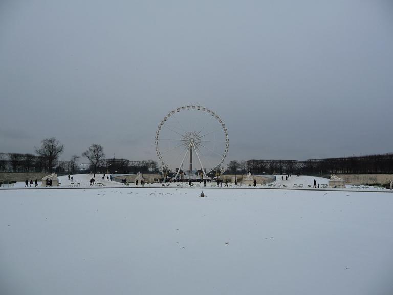 Neige sur le bassin du Jardin des Tuileries avec la grande roue dans la perspective, Paris 1er (75)