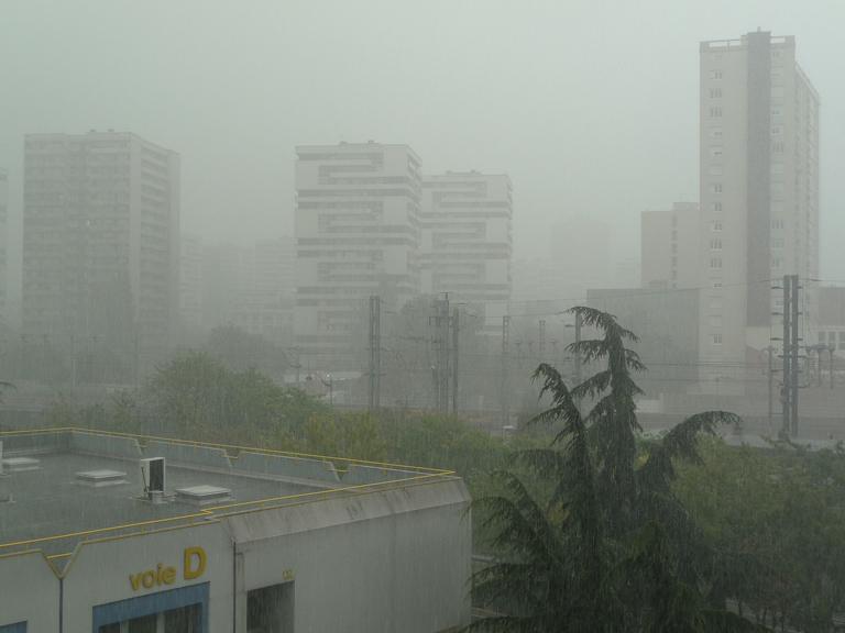 Forte pluie d'orage en été sur Cap 18 et Paris