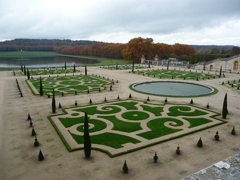 Vue de l'Orangerie et de la pièce d'eau des Suisses, jardins du château de Versailles (Yvelines) en automne