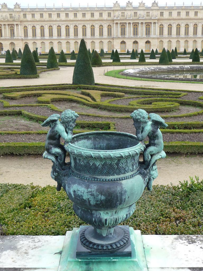 Vasque avec deux angelots, jardins du Domaine de Versailles (Yvelines)