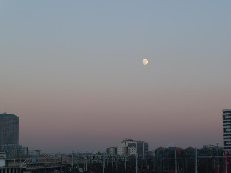 Pleine lune dans le ciel dégagé, Paris 18e (75), photo Alain Delavie