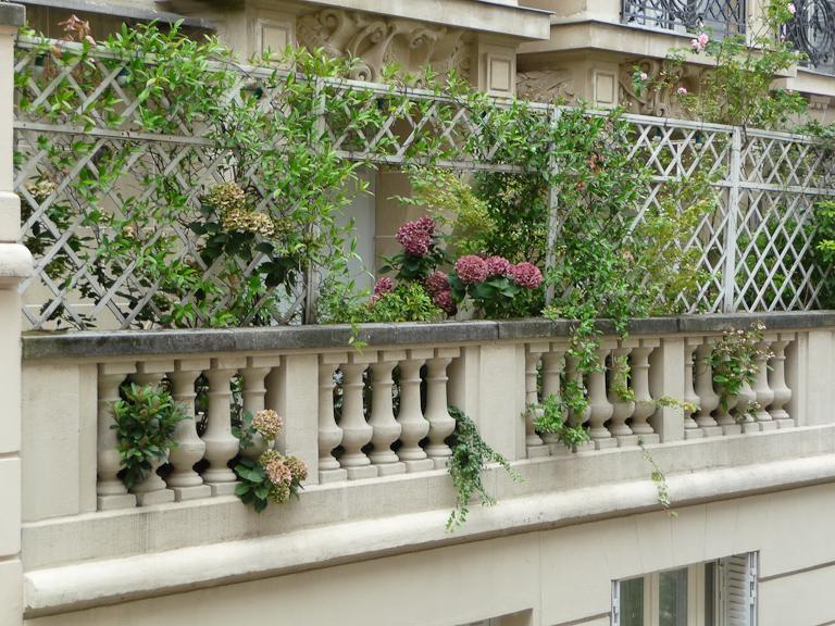 Terrasse balcon dans la rue du Mont-Cenis, Montmartre, Paris 18e (75)