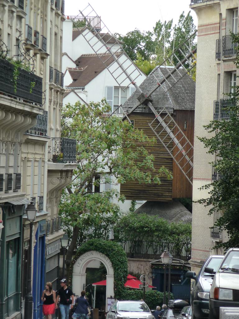 Le Moulin de la Galette dans la rue Lepic à Montmartre, Paris 18e (75)