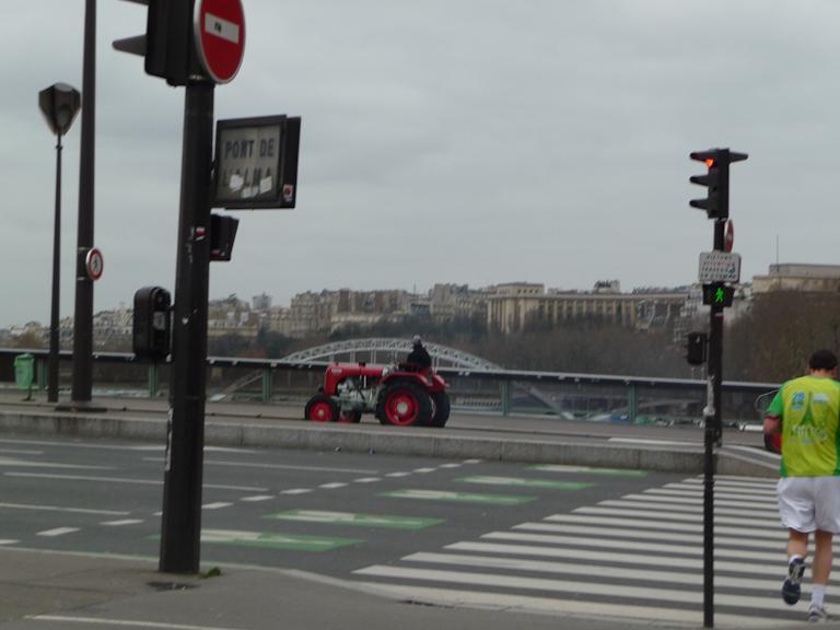 Tracteur sur le pont de l'Alma avec la Tour Eiffel à l'arrière plan, 8 janvier 2012, photo Alain Delavie
