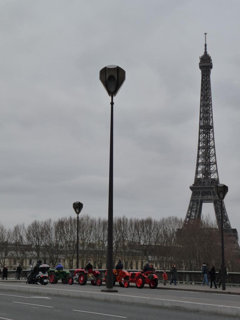 Tracteurs sur le pont de l'Alma avec la Tour Eiffel à l'arrière plan