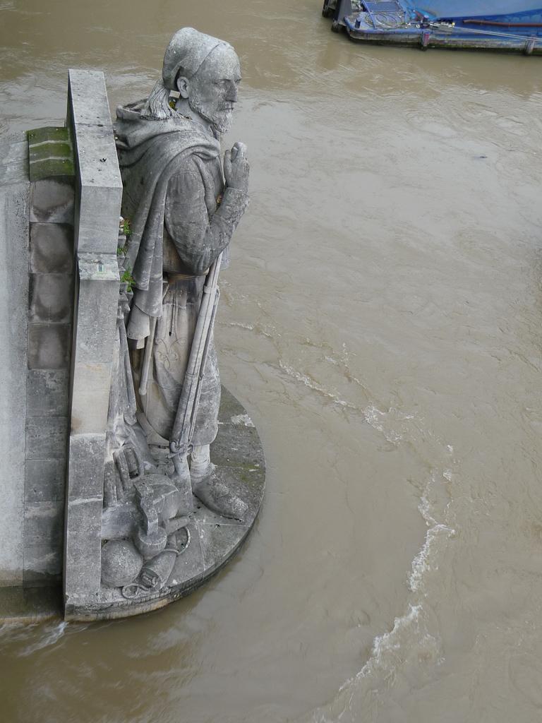 Zouave, pont de l'Alma avec la Seine en crue dans Paris