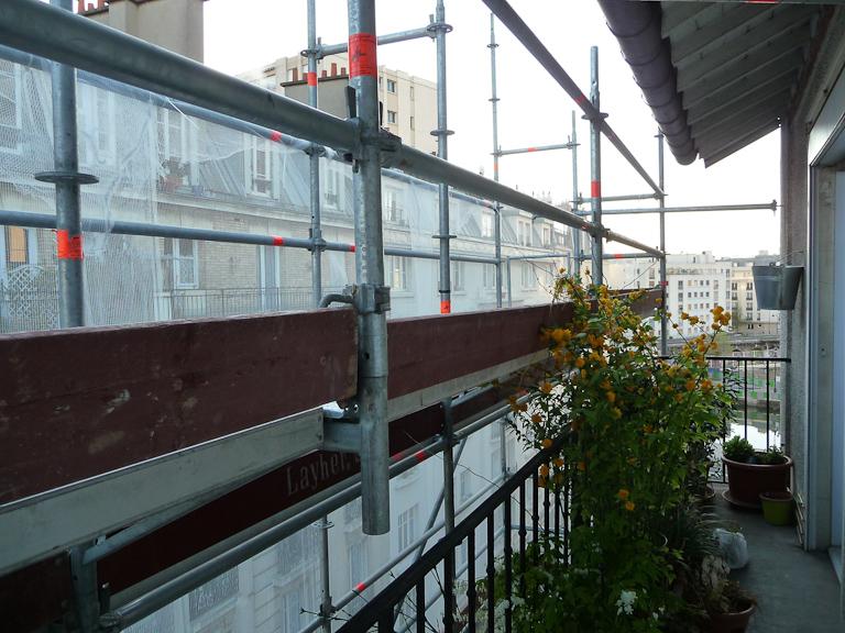 Échafaudage le long de mon balcon