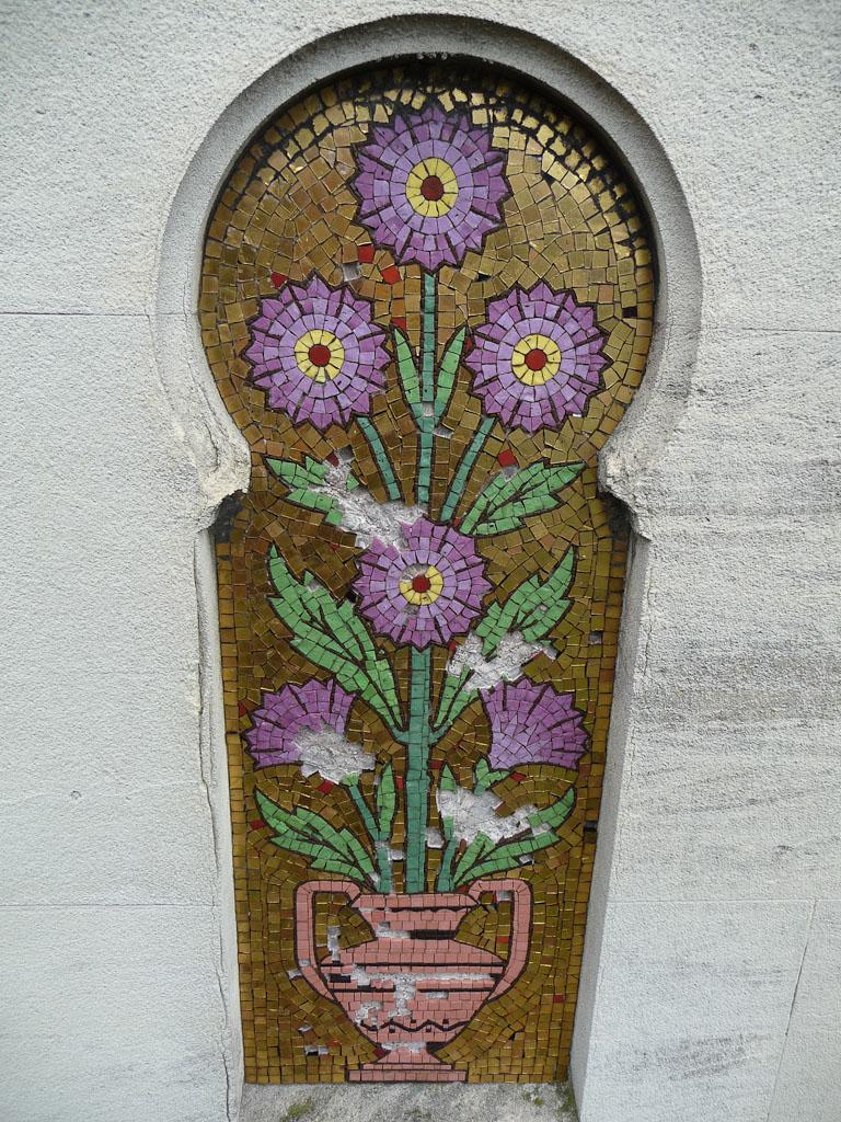 Bouquet de fleurs en mosaïque sur une tombe du Cimetière de Montmartre, Paris 18e (75)
