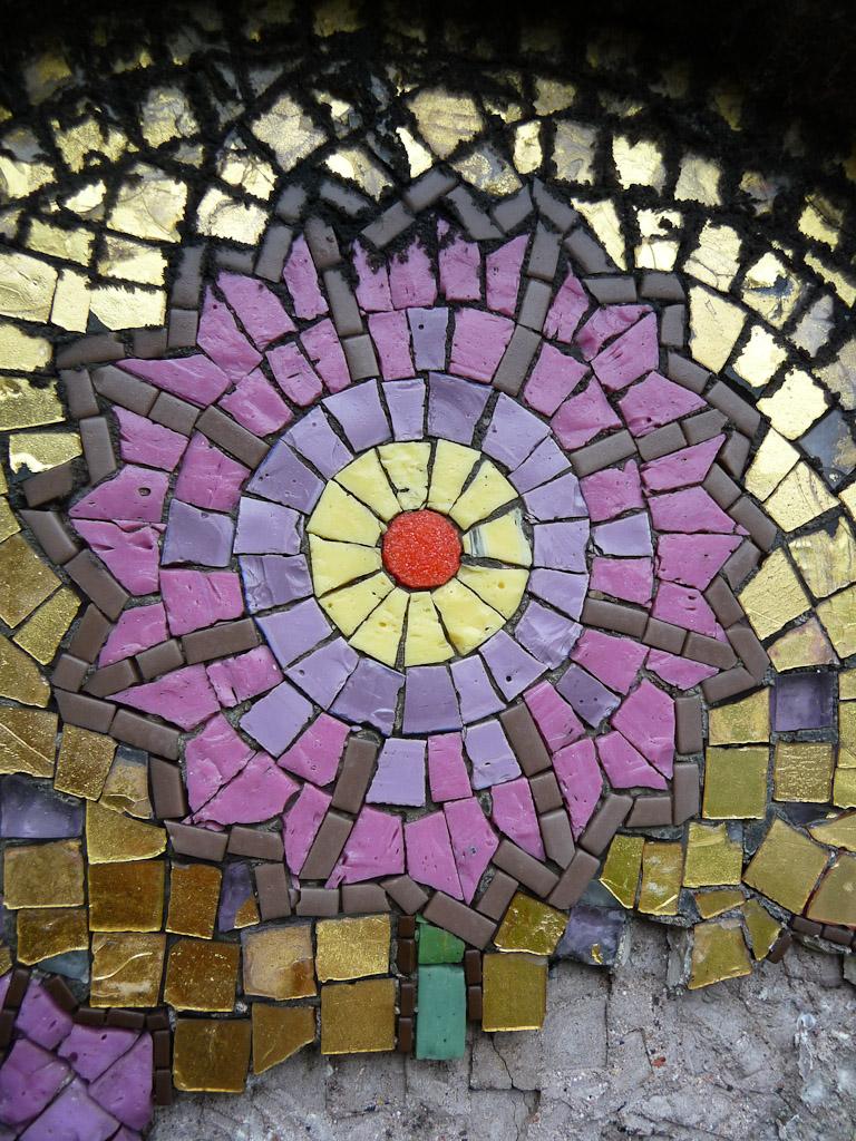 Fleur en mosaïque sur une tombe du Cimetière de Montmartre, Paris 18e (75)