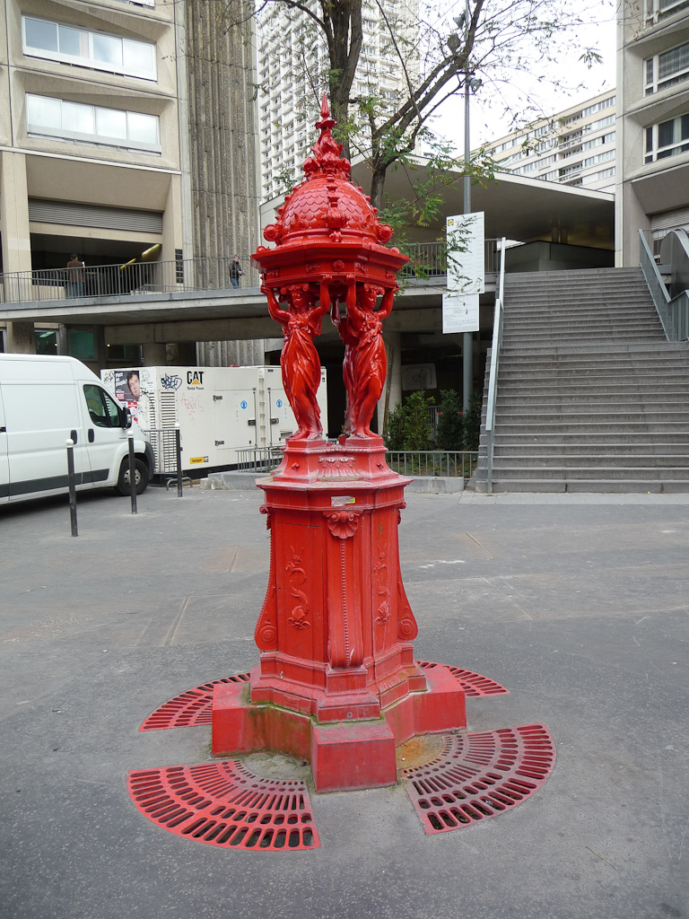 Fontaine Wallace rouge vif dans Paris