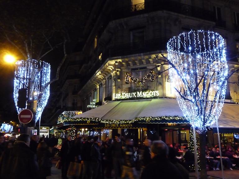 Façade illuminée des Deux Magots, place et boulevard Saint-Germain, Paris 6e (75)