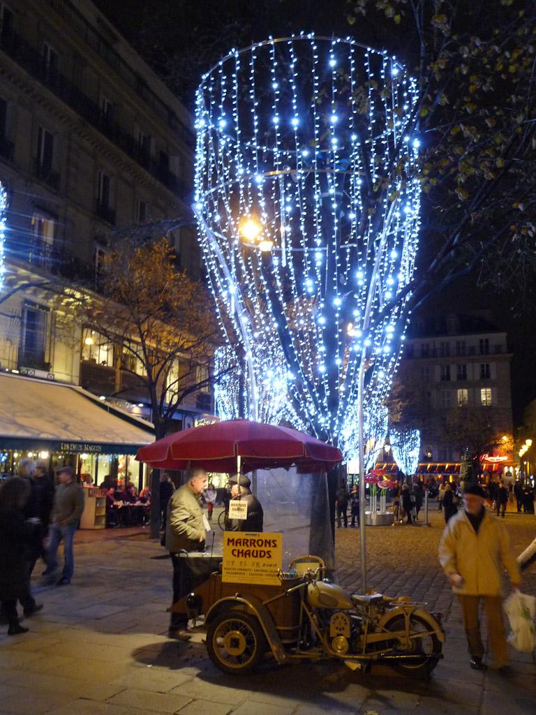 Marchand de marrons sur la place Saint-Germain illuminée, Paris 6e (75)