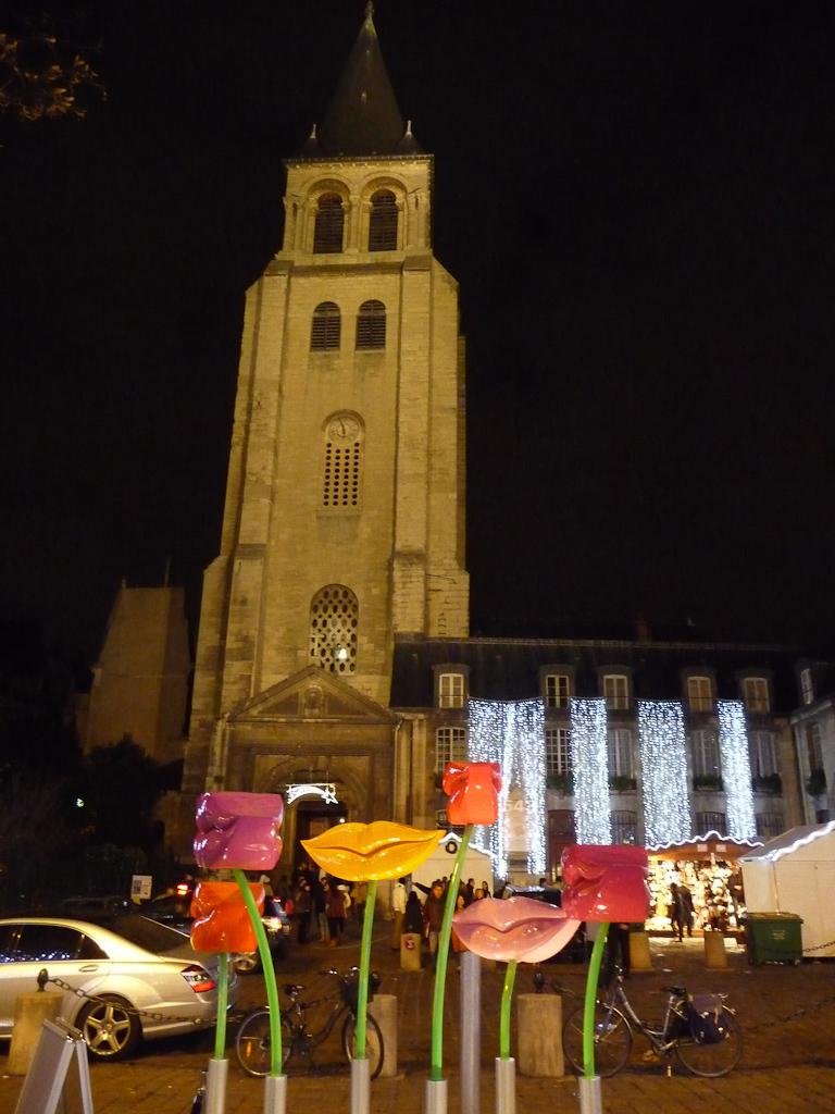 Speaker Mouths (LLND) et église, place Saint-Germain, Paris 6e (75)