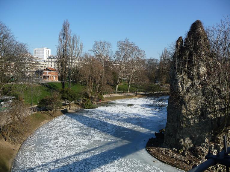 Lac gelé par une froide journée d'hiver dans le parc des Buttes-Chaumont, Paris 19e (75)