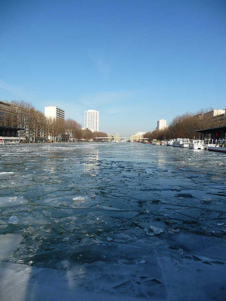 Bassin de la Villette gelé en hiver, Paris 19e (75)