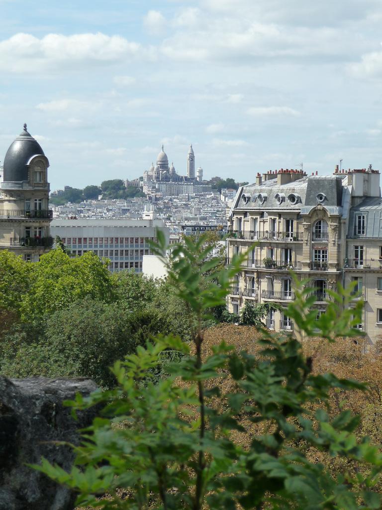 Vue sur le Sacré-Coeur depuis le parc des Buttes-Chaumont (Paris 19e)