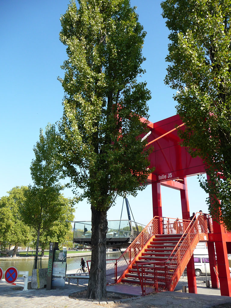 Peuplier et folie J5 dans le parc de la Villette, près du Canal de l'Ourcq, Paris 19e (75)
