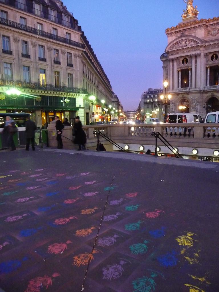 Pochoirs sur le trottoir de la place de l'Opéra, Paris 9e (75), Office Hollandais des Fleurs