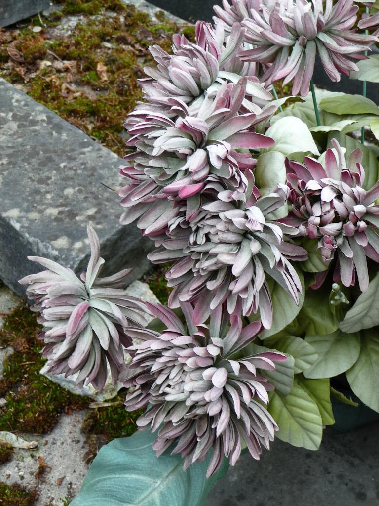 Bouquet de fleurs artificielles, cimetière du Père Lachaise, Paris 20e (75)