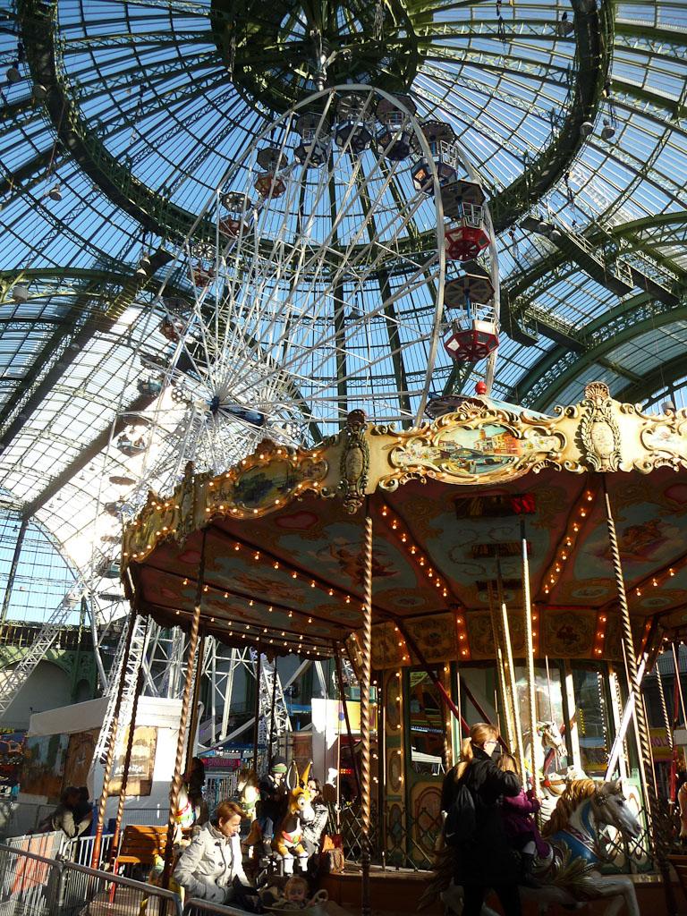 Grande roue et manège, Jours de fête, fête foraine sous la nef du Grand Palais, Paris 8e (75)