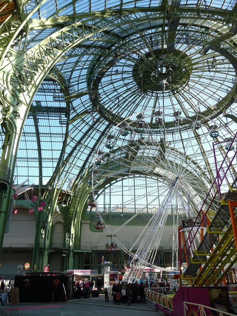 Grande roue et Grand Huit, Jours de fête, fête foraine sous la nef du Grand Palais, Paris 8e (75)