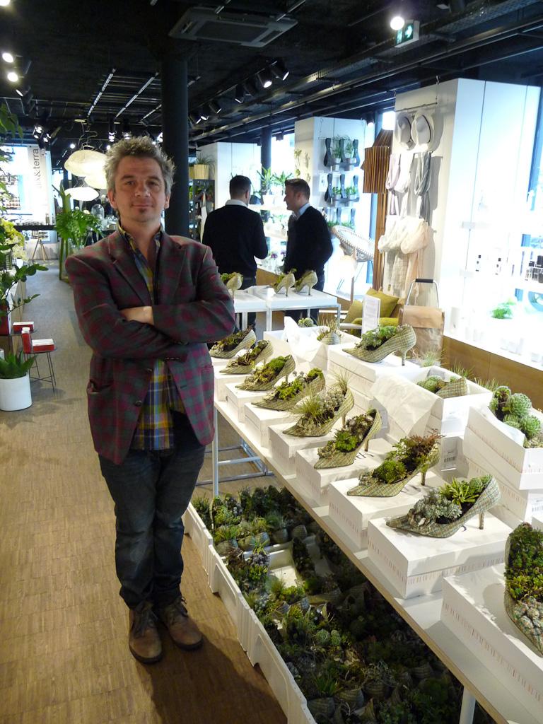 """Yann Monel et l'exposition d'escarpins plantés, """"Jardins perchés"""", chez Gambs, Paris 11e (75)"""