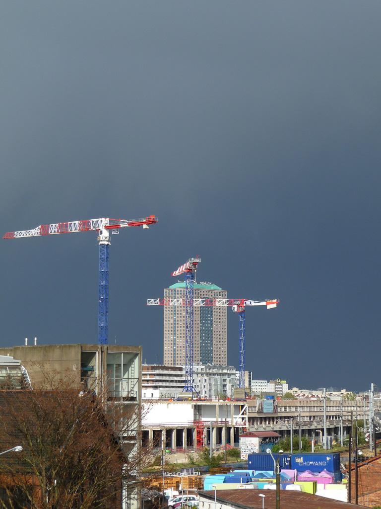 Ciel d'orage sur Paris et la Tour La Villette