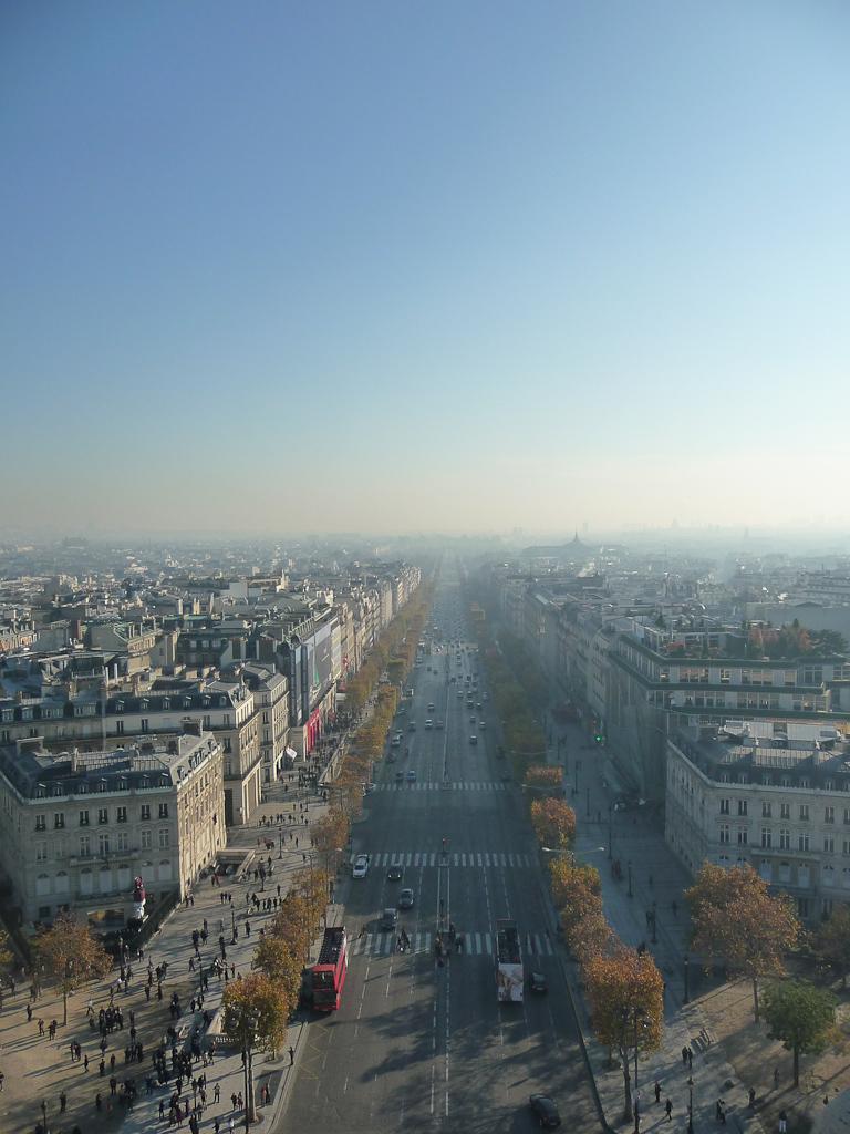 L'avenue des Champs-Élysées et Paris vu depuis l'Arc de Triomphe