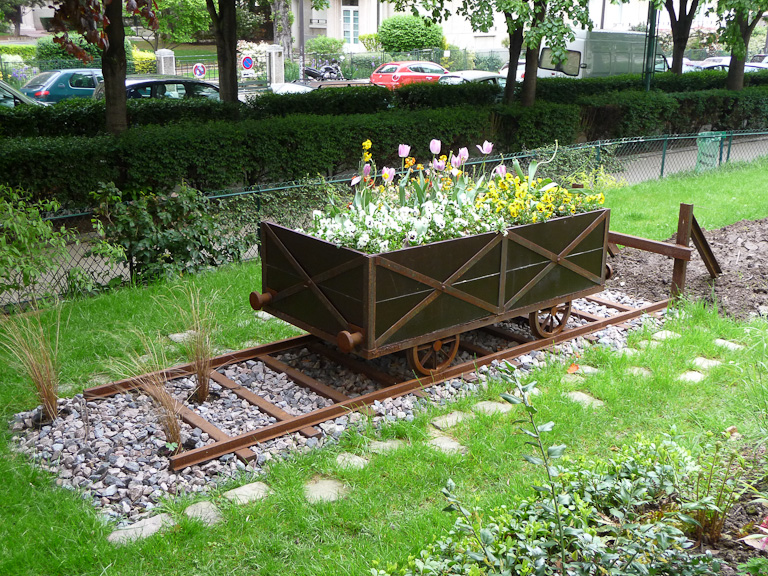 Wagon fleuri dans la Promenade plantée (Coulée Verte), Paris 12e (75)