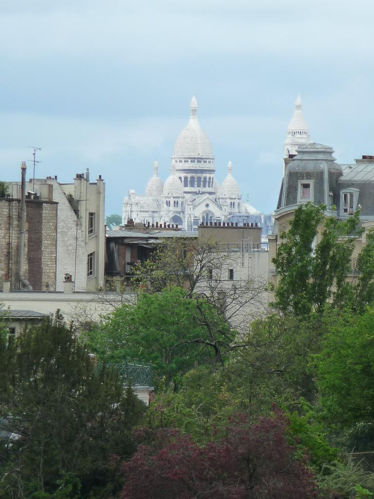Vue sur la basilique du Sacré-Coeur de Montmartre depuis le parc des Buttes-Chaumont, Paris 19e (75)