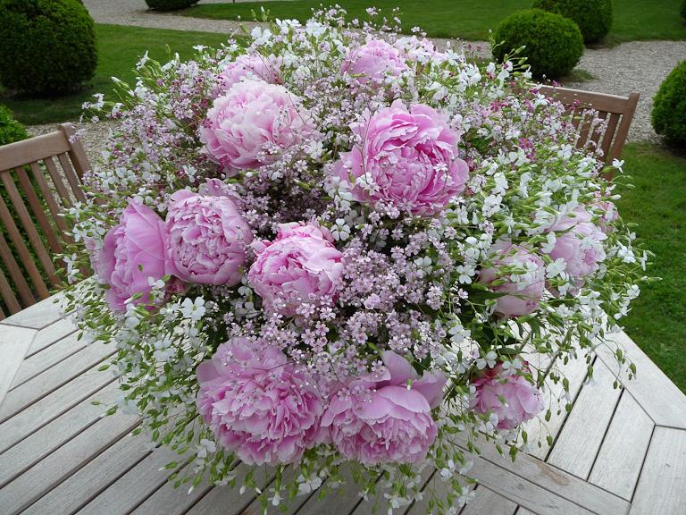 Bouquet de pivoines et fleurettes, Journées des Plantes de Courson, Printemps 2012, Domaine de Courson, Courson-Monteloup (Essonne)
