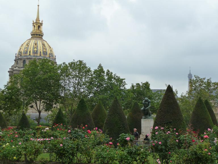 Le Penseur dans la roseraie du jardin du Musée Rodin, Paris 7e (75)