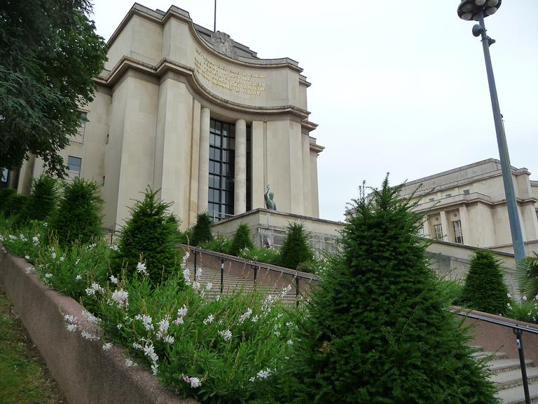 Escalier bordé de gauras et de cônes d'if, jardins du Trocadéro, Paris 16e (75)