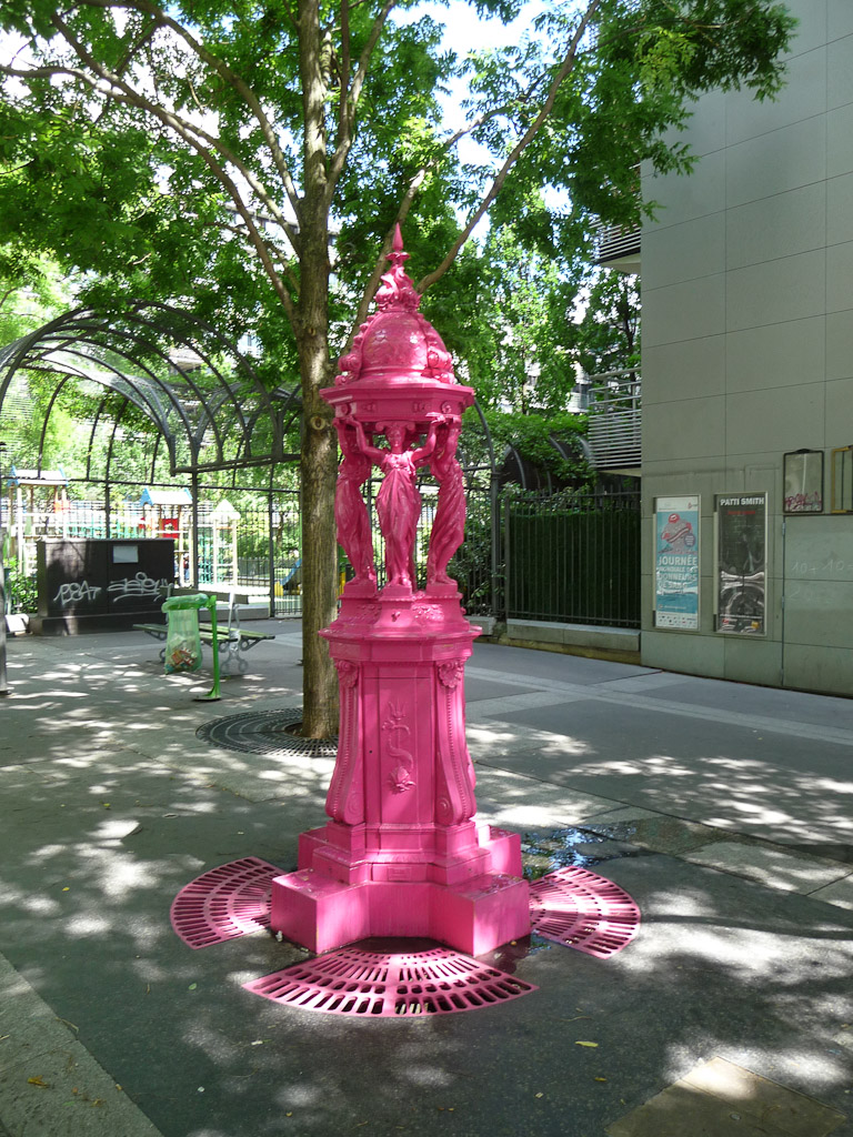 Fontaine Wallace peinte en rose vif, rue Jean Anouilh, Paris 13e (75)