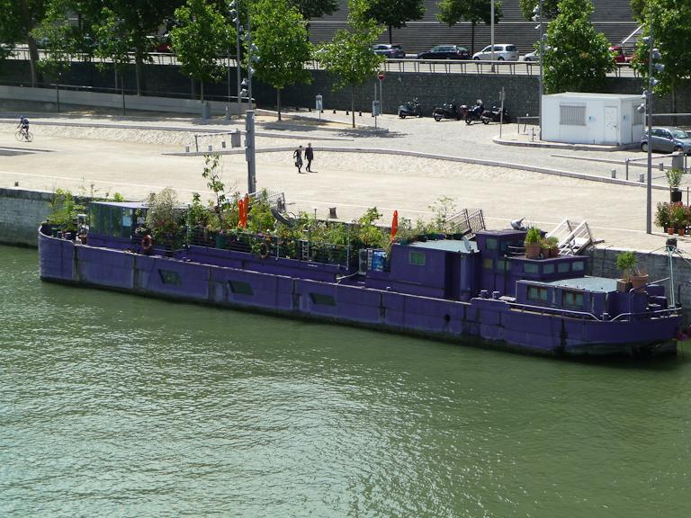 Péniche jardin le long du Port de la Gare et du quai François Mauriac, Paris 13e (75)