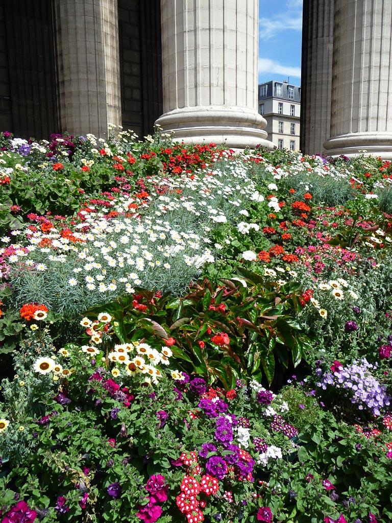 Escalier fleuri de l'église de la Madeleine, place de la Madeleine, Paris 8e (75)
