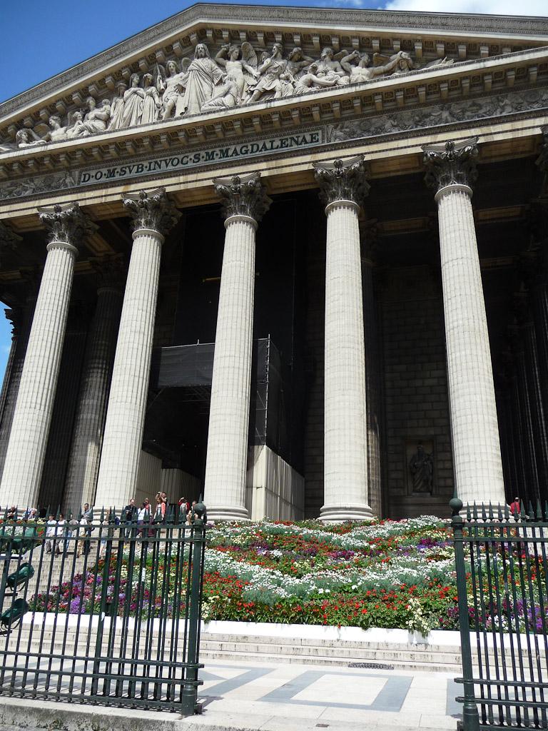 Escalier fleuri de l'église de la Madeleine, place de la Madeleine