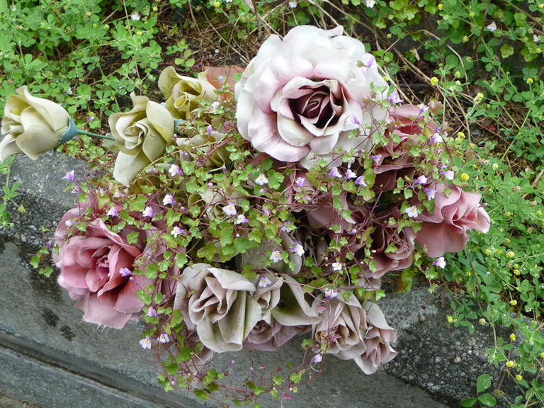 Bouquet de fleurs artificielles recouvert de cymbalaires, cimetière du Père Lachaise, Paris 20e (75)