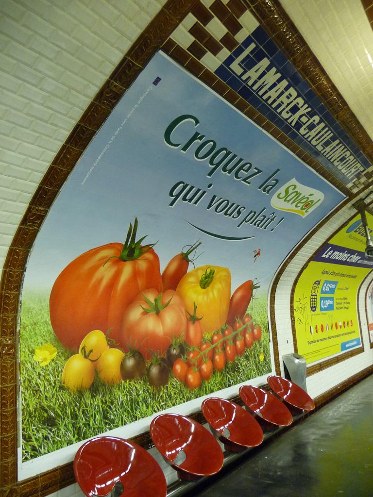 Affiche publicitaire pour les tomates Savéol, métro parisien, station Lamarck-Caulaincourt, ligne 12, Paris 18e (75)