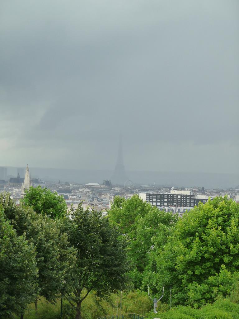 Tour Eiffel dans les nuages vue depuis le parc de Belleville, Paris 20e (75)