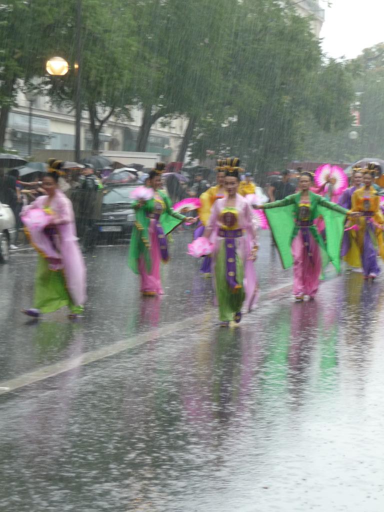 Défilé du carnaval tropical de Paris sous une pluie battante, boulevard Voltaire, Paris 11e (75)