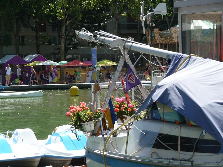 Jardinières de géraniums zonales sur un bateau du Bassin de la Villette en été, Paris 19e (75)