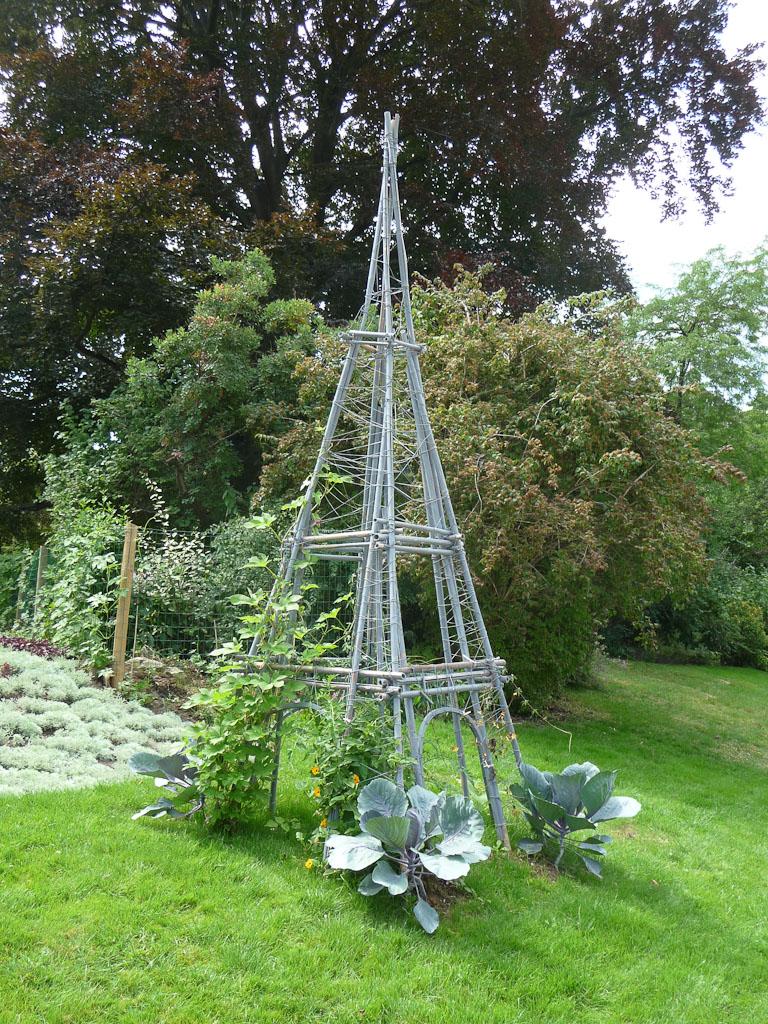 Tuteurs en forme de Tour Eiffel dans le parc Monceau en été, Paris 8e (75)