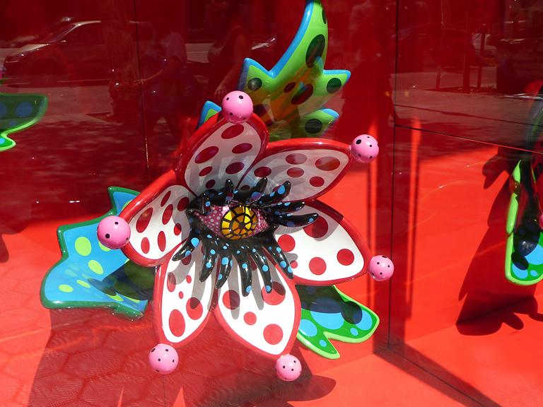 Fleur de Yayoi Kusama dans la vitrine du magasin Louis Vuitton, Barcelone, Espagne
