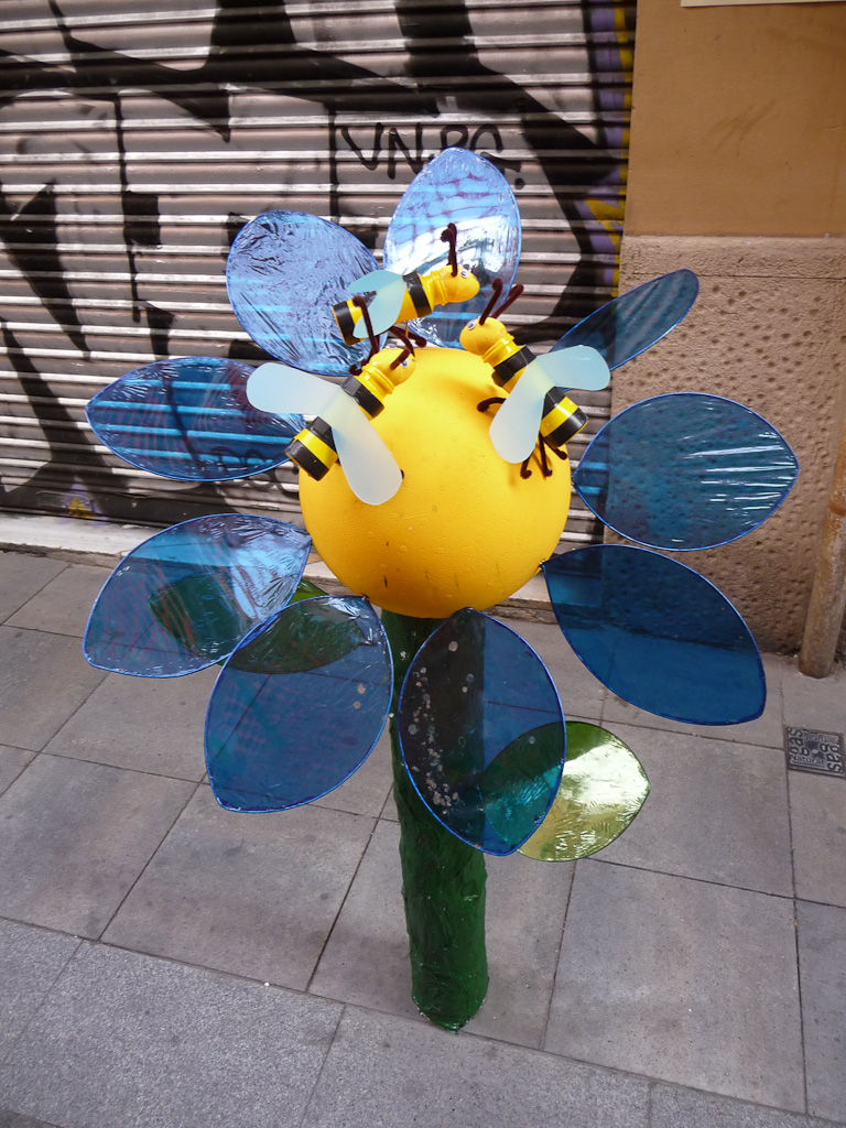 Potelet anti stationnement transformé en fleur, Barcelone en été, Festa Major de Gracia, Espagne