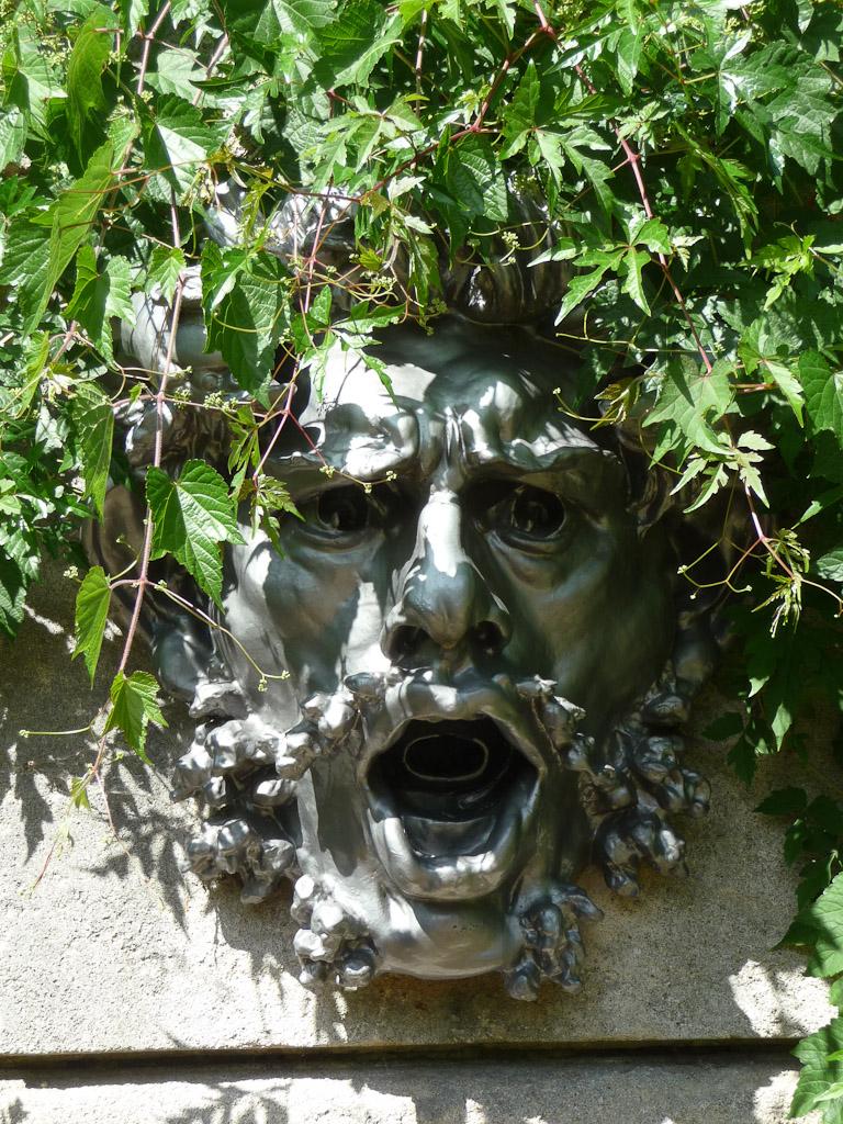 Mascaron dans le Jardin des Serres d'Auteuil, Paris 16e (75)