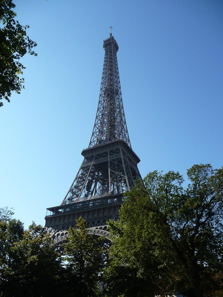 Tour Eiffel vue d'une des rues voisines, Paris 7e (75)